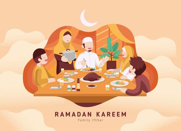 Moslemische familie, die ramadan ifthar zusammen im glück isst