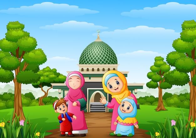 Moslemische frauen mit sohn und ihre tochter mit moschee im park