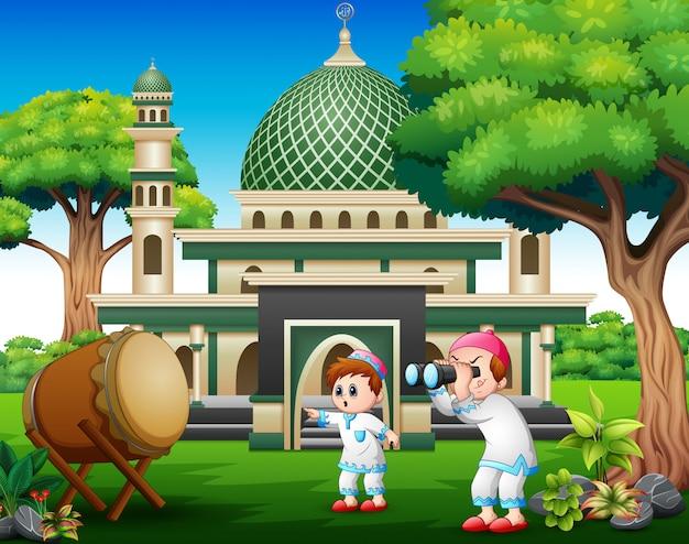 Moslemische jungen, die ferngläser an den eid-feiern halten