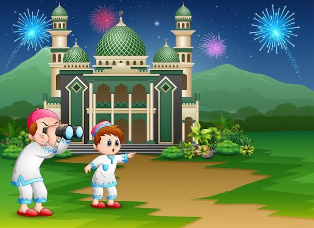 Moslemische jungen, die ferngläser an der eid-feier halten