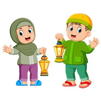 Moslemische kinder, die laterne halten
