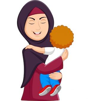 Moslemische mutter, die ihren sohn umarmt