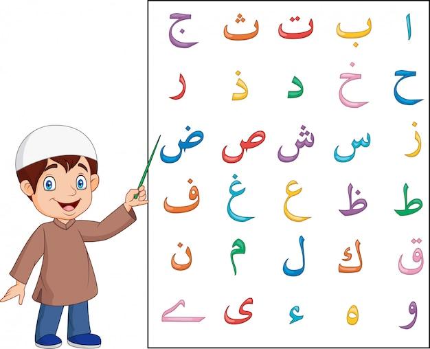 Moslemischer junge, der arabisches alphabet unterrichtet