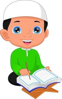 Moslemischer junge, der koran liest