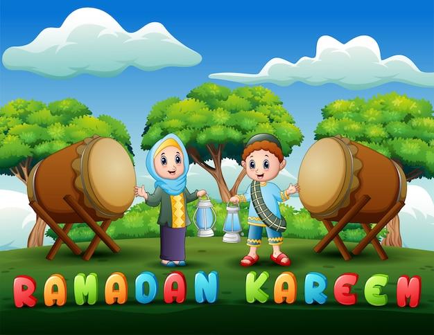 Moslemischer junge und mädchen, die laterne für ramadan hält