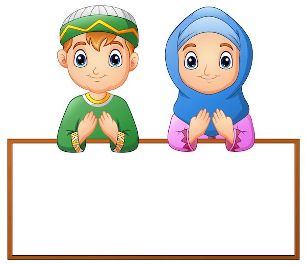 Moslemisches paarkind, das mit leerem zeichen betet