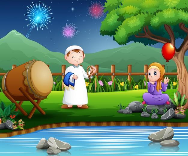 Moslems des glücklichen paars feiern ramadan in der natur