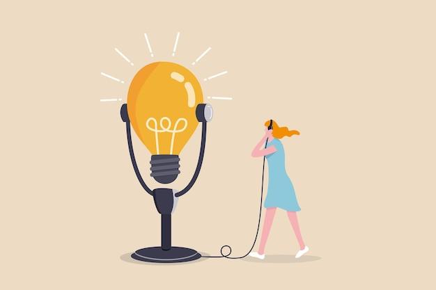 Motivations-podcast, inspirationsidee für selbstverbesserung und karriereentwicklung anhören, erfolgsgeschichtenkonzept, inspirierte frau, die kopfhörer verwendet, um ein großes glühbirnenideen-podcast-mikrofon zu hören.