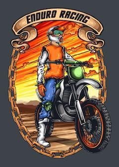 Motocross wacer mit helm und sonnenuntergang hintergrund
