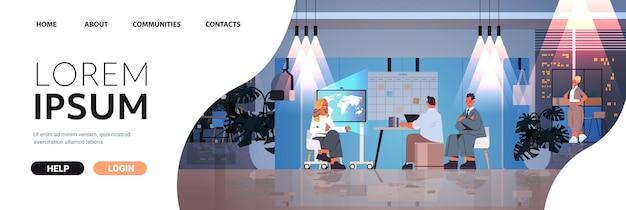 Müde geschäftsleute, die im kreativen coworking-center teamwork-konzept zusammenarbeiten dunkle nacht büroinnenraum horizontaler kopienraum in voller länge
