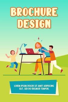 Müde mutter, die zu hause am laptop arbeitet. aktive kinder, die freiberufliche mutter flache vektorillustration belästigen