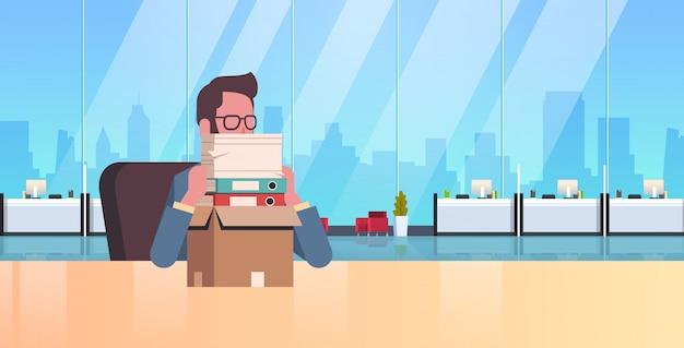 Müde überarbeitete geschäftsmann sitzen arbeitsplatz schreibtisch mit gestapelten papierdokumenten workload geschäftsmann papierkram stresskonzept modernes büro innenporträt flach horizontal