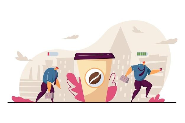 Müder büroangestellter, der nach dem kaffeetrinken energetisiert wird