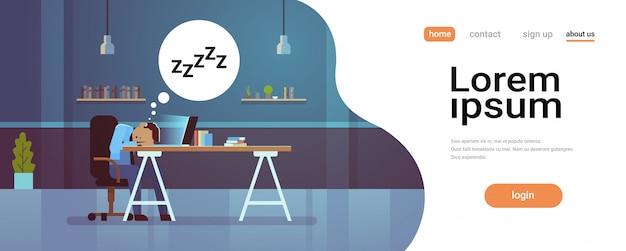 Müder geschäftsmann, der auf arbeitsplatz schläft