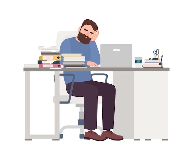Müder männlicher manager, der am computer arbeitet