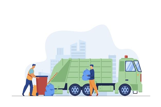 Müllabfuhrarbeiter, der mülleimer am lkw säubert. mann, der müll in der flachen vektorillustration der plastiktüte trägt. stadtservice, abfallentsorgungskonzept