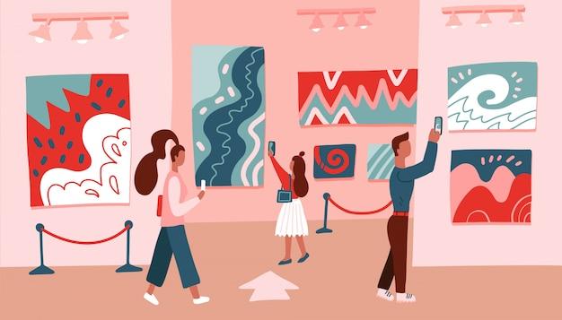 Museumsbesucher, die moderne abstrakte kunstmalerei betrachten, die an der galeriewand hängt.