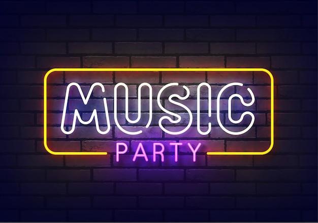 Musik party leuchtreklame. zeichen der musikparty mit bunten neonlichtern lokalisiert auf backsteinmauer.