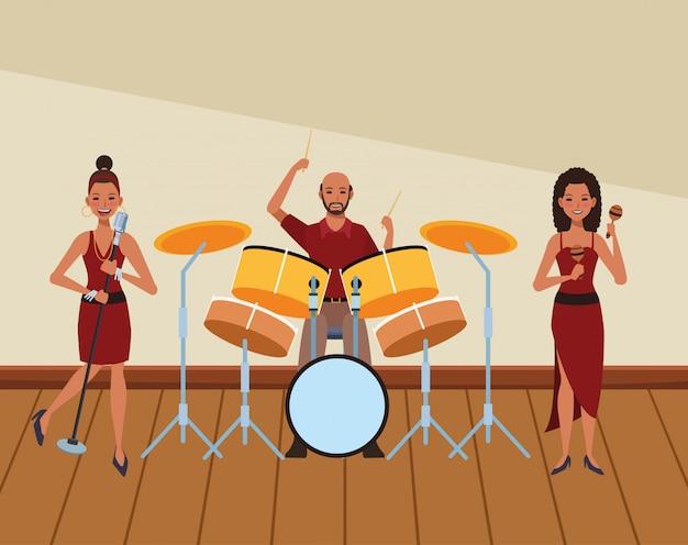 Musiker spielt schlagzeug maracas und singt