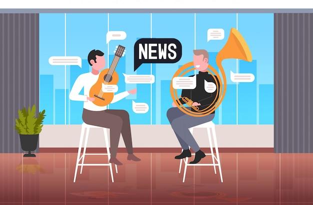 Musikerpaar, das musikinstrumente spielt, diskutiert das tägliche nachrichtenblasen-kommunikationskonzept. horizontale illustration des modernen caféinnenraums in voller länge