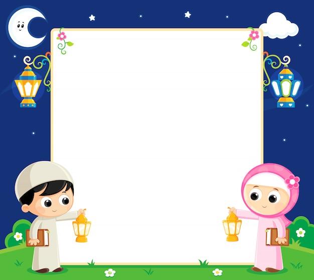 Muslime feiern den ramadan und tragen laternen und dazwischen eine leere weiße tafel