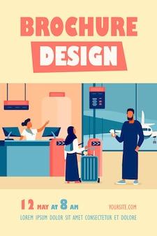Muslimische familie, die am check-in-schalter in der flughafenfliegervorlage steht