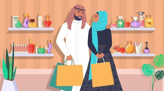 Muslimische familie paar in parfümerie flache vektorillustration saudi-arabischer mann und frau mit shoppin...