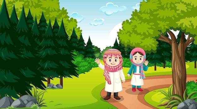 Muslimische kinder tragen traditionelle kleidung in der waldszene