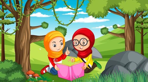 Muslimische kinder tragen traditionelle kleidung und lesen ein buch in der waldszene