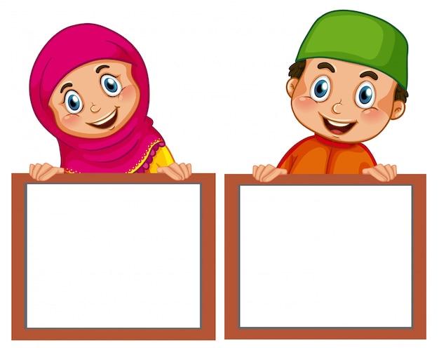 Muslimische kinder und leere tafel