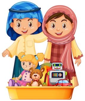 Muslimische Kinder und Spielzeug im Tablett