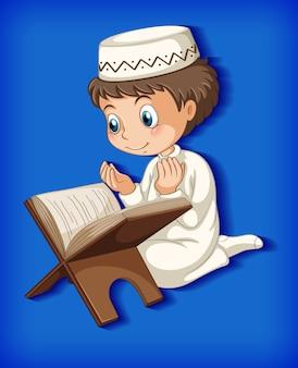 Muslimischer junge, der aus dem koran liest