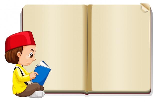 Muslimischer junge mit buch lesen