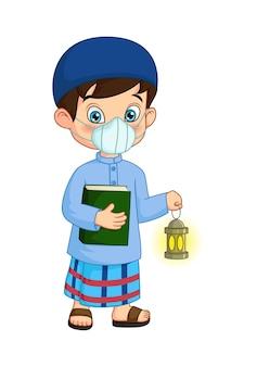 Muslimischer karikaturjunge, der koranbuch mit ramadan-laterne hält, die maske trägt