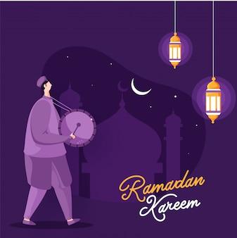 Muslimischer mann, der schlagzeug für den heiligen monat ramadan kareem spielt, beleuchtete beleuchtete laternen, moschee und halbmond hängt.