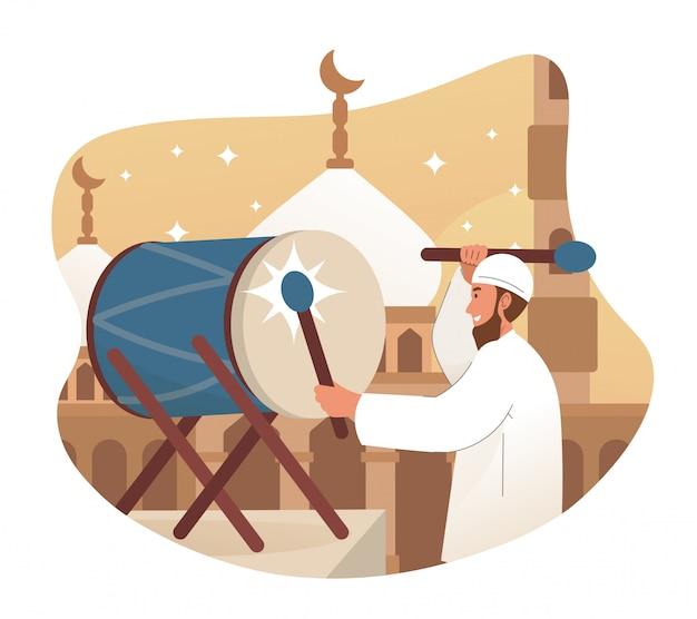Muslimischer mann schlägt trommel vor dem azan (aufruf zum gebet)