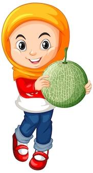 Muslimisches mädchen, das melonenfrucht in stehender position hält