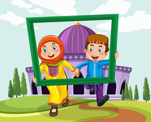 Muslimisches paar mit fotorahmen auf moschee