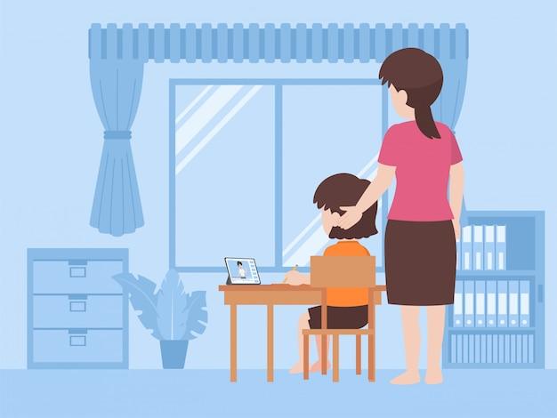 Mutter hilft tochter, hausaufgaben zusammen zu machen