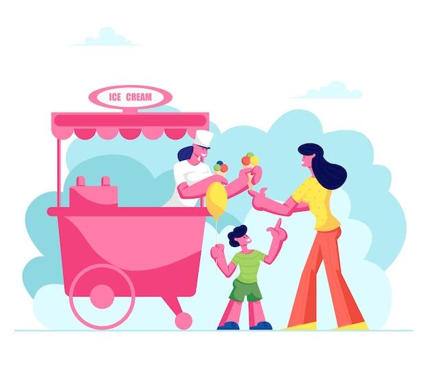 Mutter kauft eistüte mit farbigen kugeln dessert zu kleinen sohn, der luftballon in der hand im stall auf straße hält