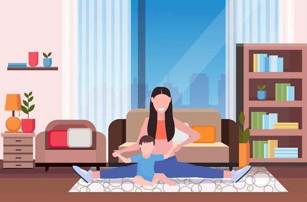 Mutter mit kind macht körperliche bewegung zu hause sportlerin beschäftigt in fitness oder yoga mit baby sohn gesunden lebensstil konzept modernen wohnzimmer interieur in voller länge horizontal