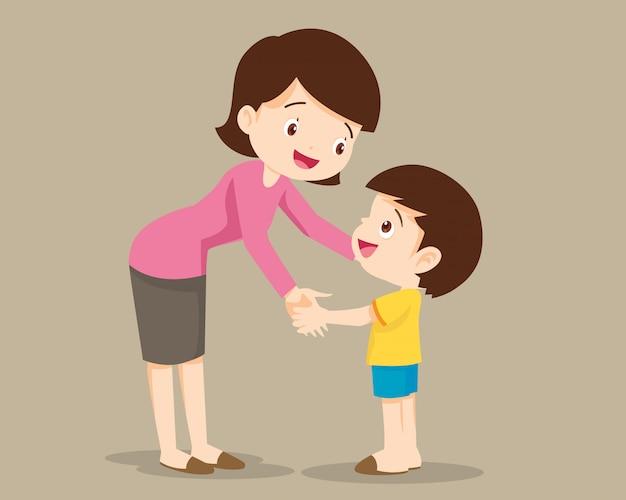Mutter umarmt ihren kleinen jungen und spricht mit ihm