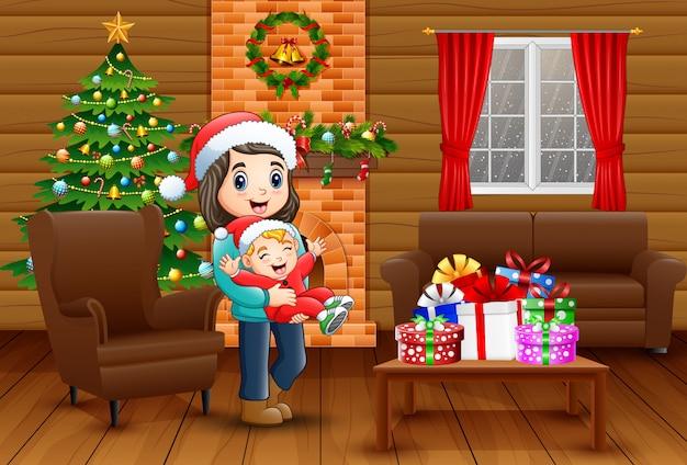 Mutter und baby, die ein weihnachten im haus feiern