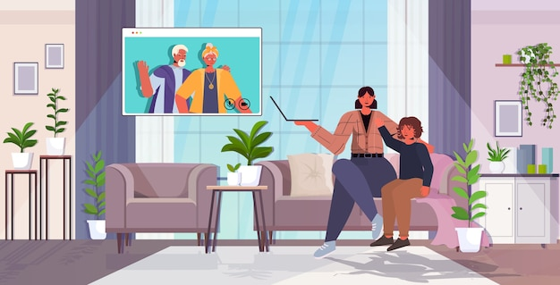 Mutter und sohn haben virtuelles treffen mit großeltern im webbrowser-fenster während des videoanrufs familienchat-kommunikationskonzept wohnzimmerinnenraum horizontal