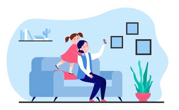 Mutter und tochter selfie auf dem smartphone
