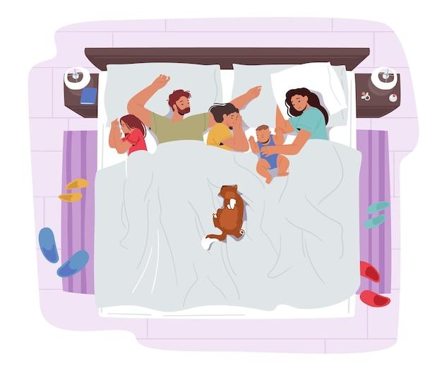 Mutter, vater, kinder und katzenfiguren schlafen zusammen auf einem bett. mama, papa und kinder umarmen sich und schlummern nachts. glückliche liebevolle entzückende familie. cartoon-menschen-vektor-illustration
