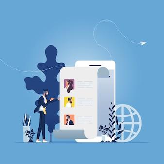 Nachrichten teilen, freunde online empfehlen. geschäftsmann, der smartphone mit kontakten auf bildschirm hält