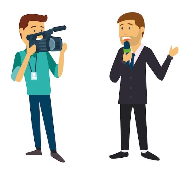 Nachrichtenreporterkerl, der vom kameramann aufgezeichnet wird