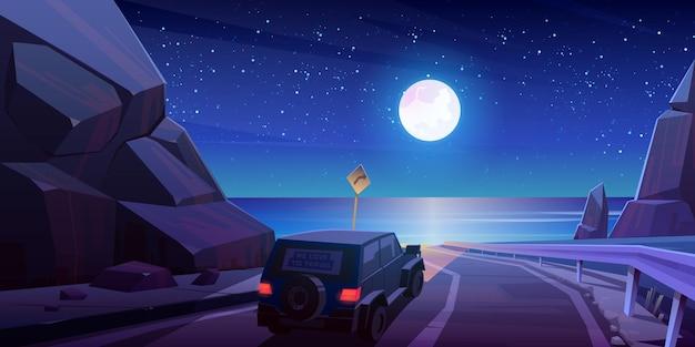 Nacht roadtrip mit dem auto, fahren sie mit dem jeep auf der autobahn in den bergen mit wunderschöner landschaft mit meerblick unter vollmond und sternenhimmel.