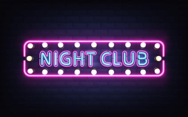 Nachtclub, discobar oder kneipe, die helles neonlicht, retro- schild auf realistischem vektor der backsteinmauer 3d mit blauen buchstaben, weißen birnenlampen und violetter, rosa leuchtstoffbeleuchtung glühen